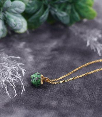Short green stone golden necklace