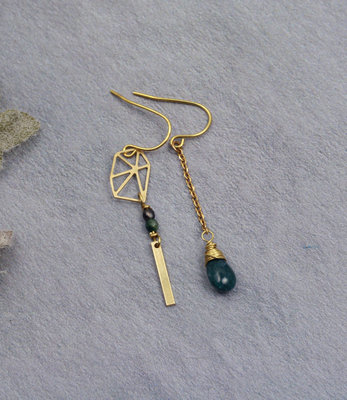Golden green asymmetric drops earrings